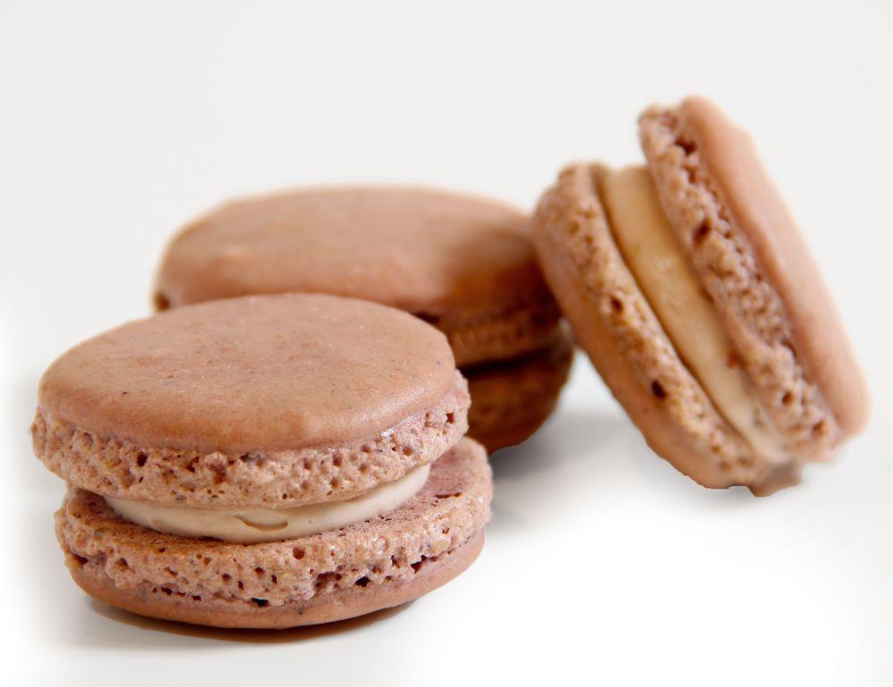 10 Cassis Macarons